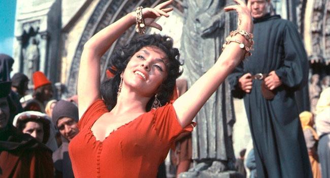 Фильм переносит зрителей в средневековый Париж, где происходят все действия. Цыганка Эсмеральда своей красотой сводит с ума мужчин. В неё тайно влюблен Клод Фролло, суровый священник из Собора Парижской Богоматери